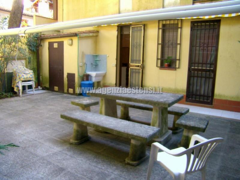 giardino attrezzato con lavatoio esterno