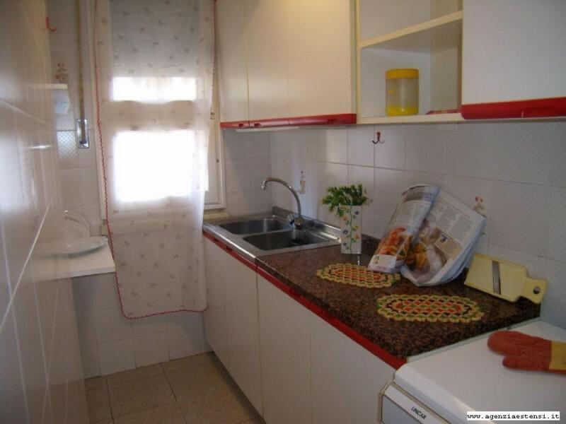 Cucina finestrata con lavatrice