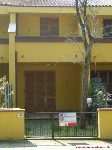 facciata anteriore con giardino
