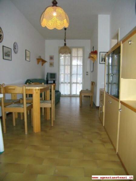 piano terra: pranzo-soggiorno con divano letto