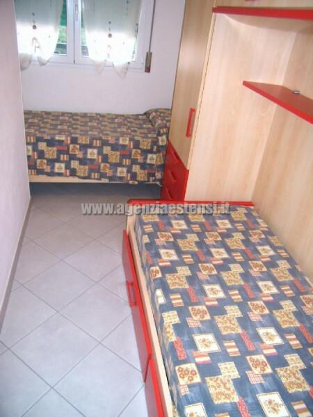 camera con due letti singoli con ampio armadio a ponte e zanzariera
