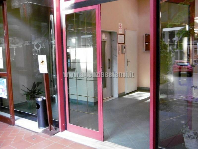 luminoso ingresso condominiale con ascensore