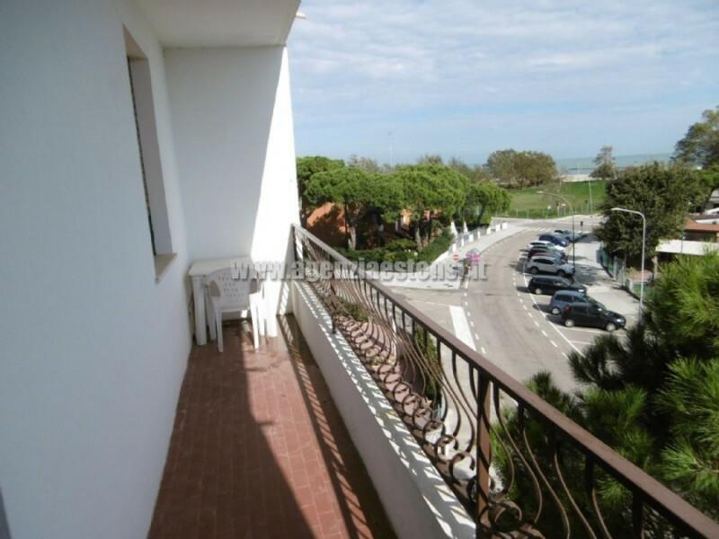 ampio balcone con vista mare