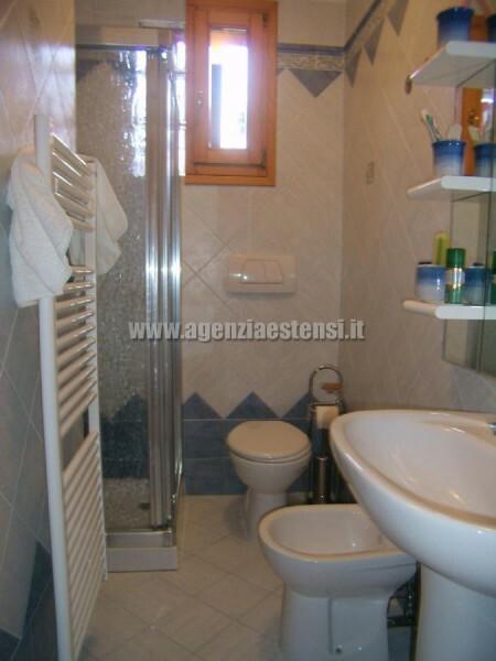 bagno finestrato con box doccia » Villetta LECCI: affittasi a Lido degli Estensi villetta in zona tranquilla e a pochi passi dal viale centrale
