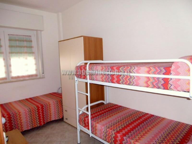 seconda camera con tre letti » Appartamento trilocale Piccadilly con vista mare a Lido degli Estensi