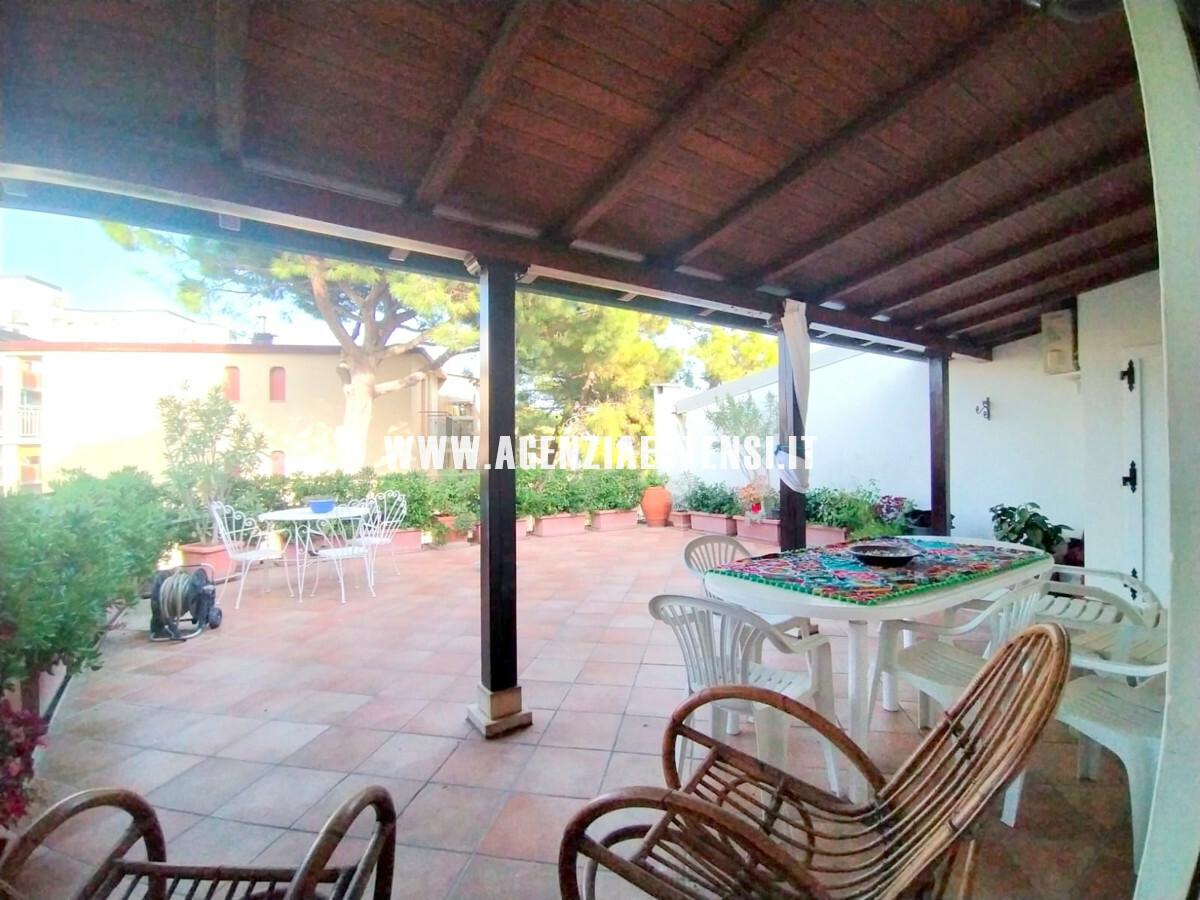 ampia terrazza con veranda