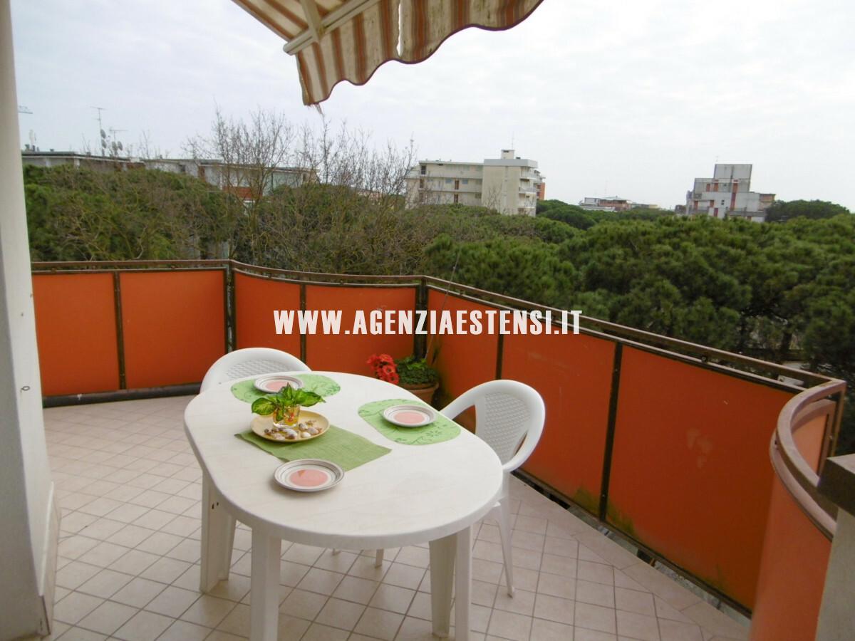 ampio terrazzo per mangiare all'aperto