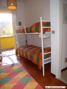 primo piano: camera con tre posti letto e terrazzino