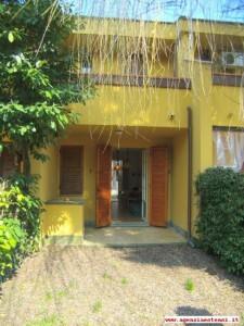 facciata posteriore con giardino