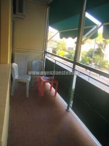 ampio balcone con tende da esterno