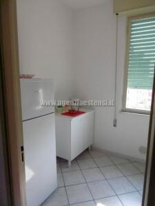ampia cucina finestrata